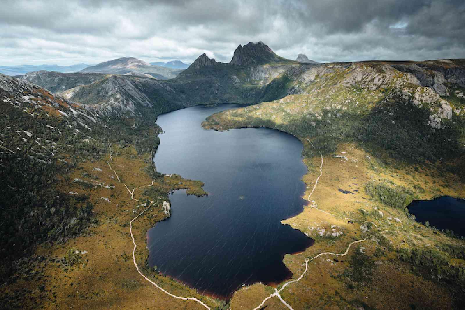 Dove Lake am Fuße des imposanten Cradel Mountain in Tasmanien