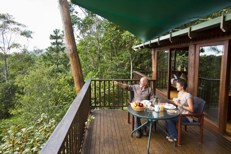 Genießen Sie das Frühstück auf Ihrer Terrasse mit Blick auf den tropischen Hintergarten.
