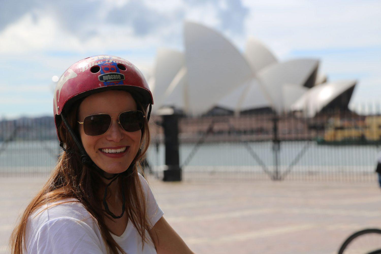 Radtour Sydney mit Bonza Bike Tours Teilnehmerin vor Opernhaus