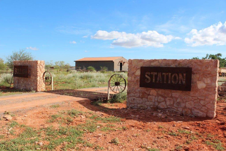 Auf der Cattle Station von Edwina und Tim erleben Sie das echte Outback und erfahren was es heißt auf einer Farm mit Hunderten von Rindern zu leben. Der Eingang zur Cattle Station liegt etwa eine Stunde südlich von Exmouth.