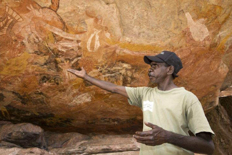 Safari Tour im Top End - Aboriginal Guide erklärt Felsmalereien