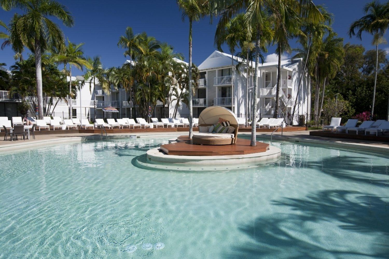 Ontspan aan het zwembad van het QT Port Douglas hotel