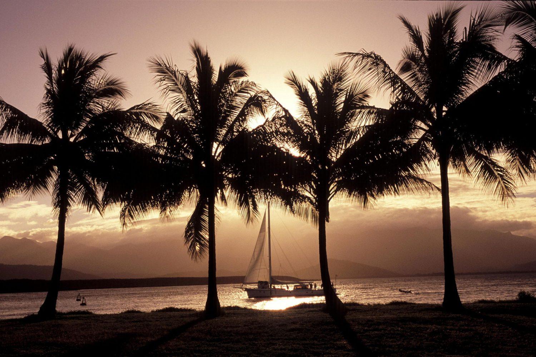 Een romantische zeiltocht tijdens zonsondergang