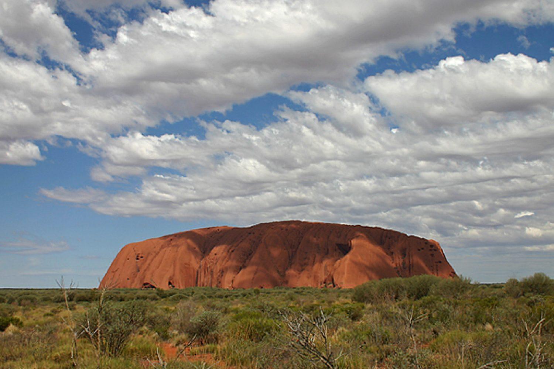 Rotsformatie Uluru in het rode centrum van Australië
