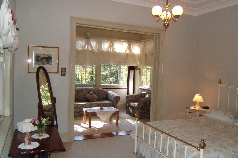 Whispering Pines: Gästezimmer mit Doppelbett und kleiner Lounge