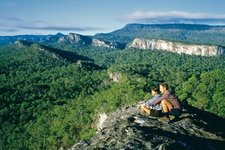 Wanderer genießen weite Ausblicke in den Blue Mountains