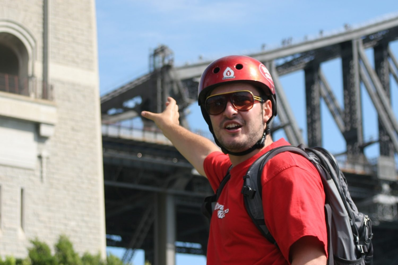 Sydney Radtour Guide zeigt auf Harbour Bridge