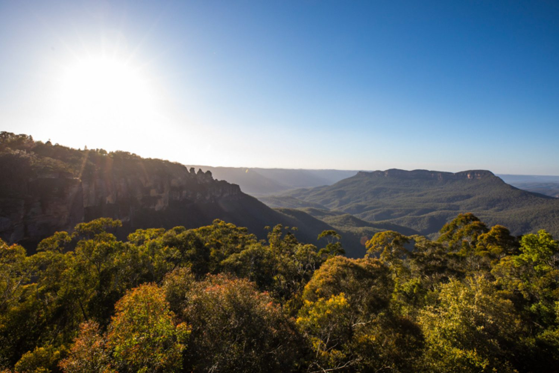 Das UNESCO Weltnaturerbe der Blue Mountains lockt Wanderer und Naturliebhaber mit schönen Bergen, tiefen Canyons und Wasserfällen. Hier mit Blick auf die Three Sisters.