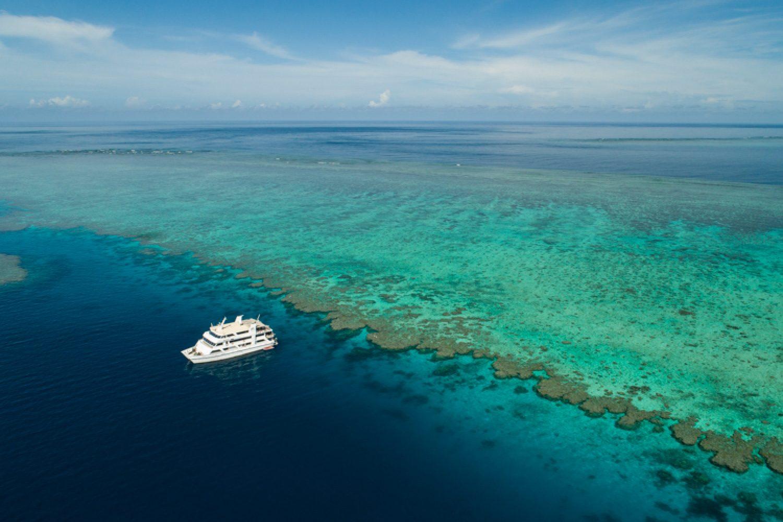 Auf einer Fläche von ca. 334.400 Quadratkilometern verteilen sich 2.900 Riffe und 900 Inseln.