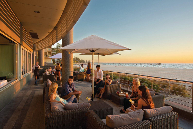 Genießen Sie Glenelg Beach und das kleine pulsierende Zentrum des Küstenvororts von Adelaide mit seinen Einkaufsmöglichkeiten, Cafés und Restaurants.