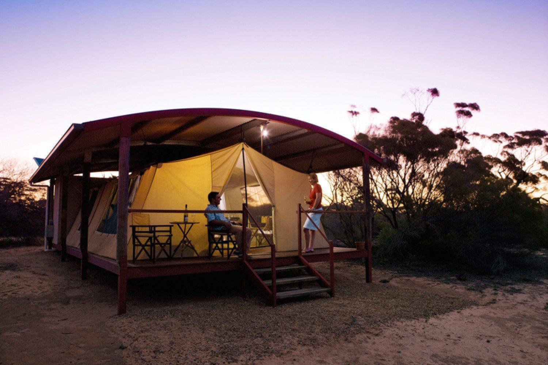 Die Luxuszelte schaffen Komfort im australischen Outback.