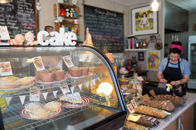 Im nahegelegenen Küstenort Mallacoota erwarten Sie gemütliche Cafés, Restaurants, Geschäfte und eine Bäckerei.
