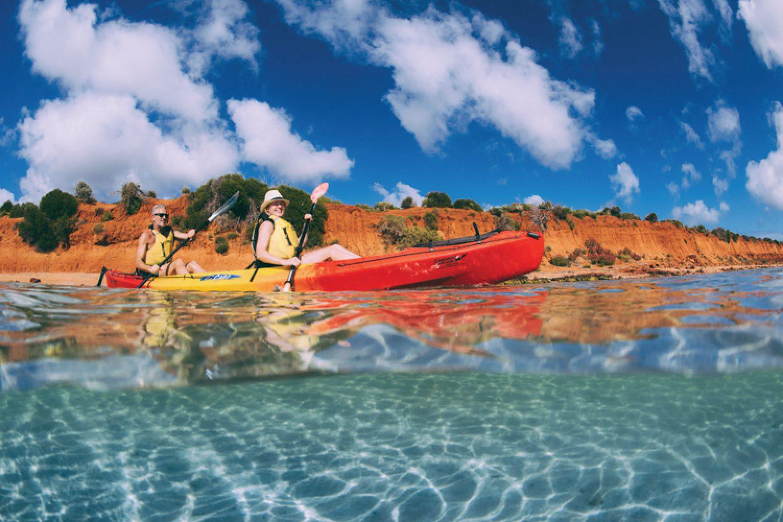 Rote Erde und kristallklares, blaues Wasser - Der Francois Peron Nationalpark ist ein wahres Farbenspiel, dass man sich am besten vom Kayak aus ansieht.