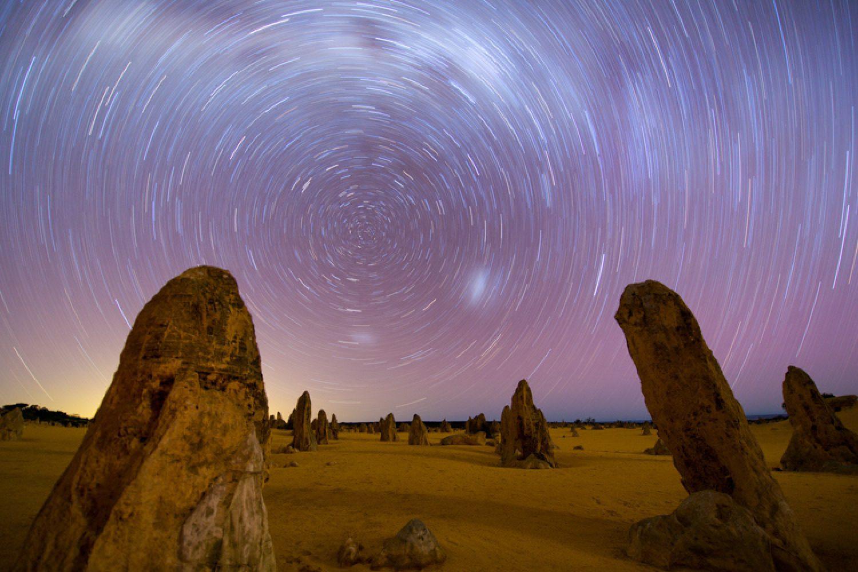 Nachts bietet sich ein galaktisches Spektakel über den Pinnacles im Nambung Nationalpark.