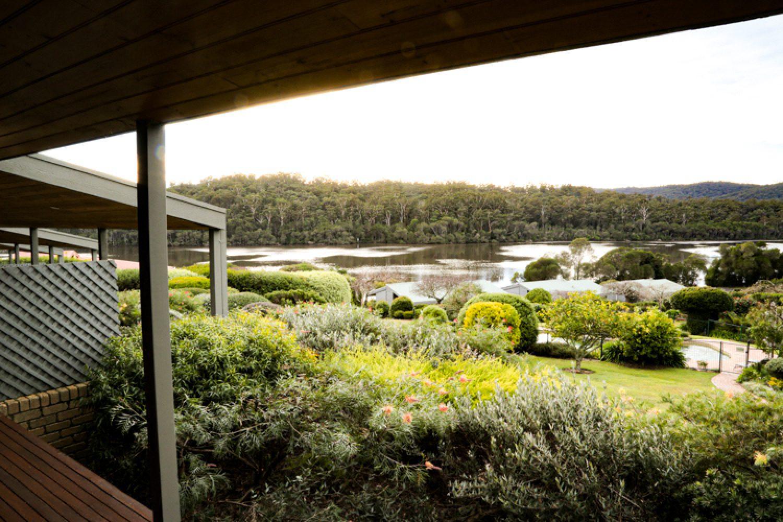 Durch die großen Fenster und vom Balkon Ihres Ferienhauses blicken Sie auf die wald- und wasserreiche Umgebung von Gipsy Point.