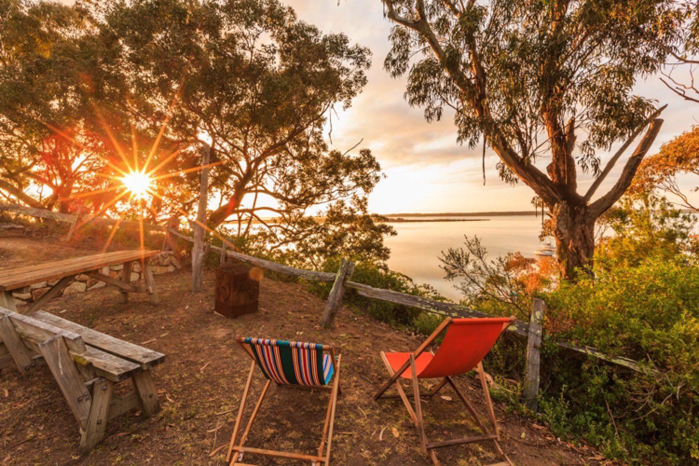 Genießen Sie den Sonnenuntergang von Ihrer Unterkunft aus mit Ausblick auf die Gippsland Lakes.