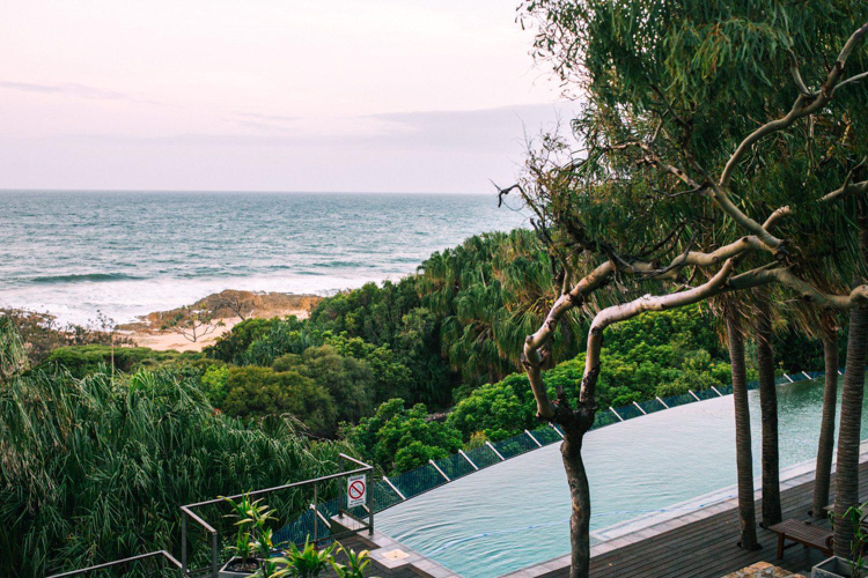 Blick von Ihrer Unterkunft in Seventeen Seventy. Als Gast stehen Ihnen die beiden gemeinschaftlich genutzten Infinity Pools mit Terrasse und der Grillplatz zur Verfügung.
