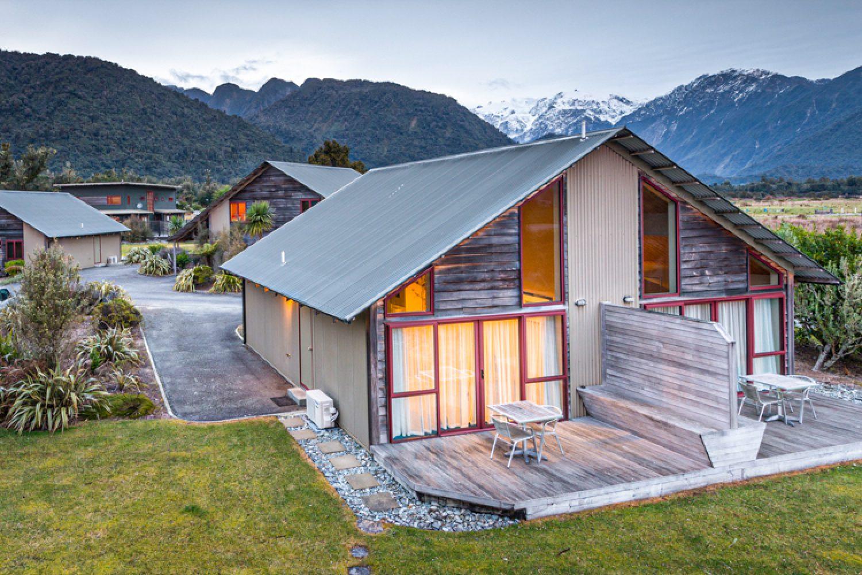 Mit der Aussicht auf die umliegenden Berge ist Ihre Unterkunft ein toller Rückzugsort nach einem erlebnisreichen Tag an den Gletschern oder in der Lagune von Okarito.