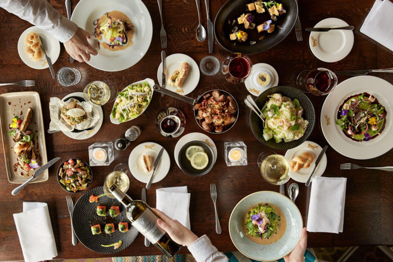 Im preisgekrönten Hotelrestaurant gibt es französische Küche und den Blick auf den Hafen gratis dazu.