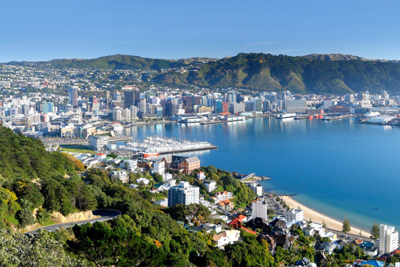 Wellington ist die Hauptstadt Neuseelands und bietet entspanntes Flair an der Fitzroy Bay und in der Hafenbucht. Schlendern Sie durch die gemütliche Innenstadt und besuchen Sie Museen, Kunstgalerien und Theater.