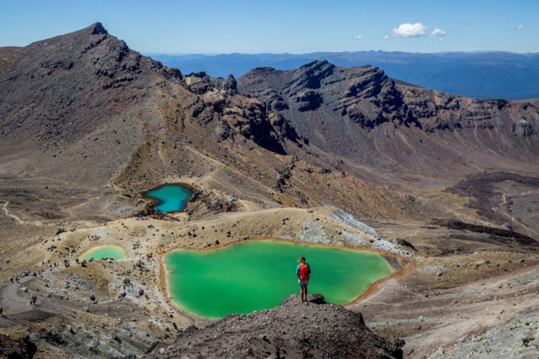 Rauchende Krater, erloschene Lavaflüsse und heiße Quellen machen die Wanderung im Tongariro National Park zu einem unvergesslichen Erlebnis.