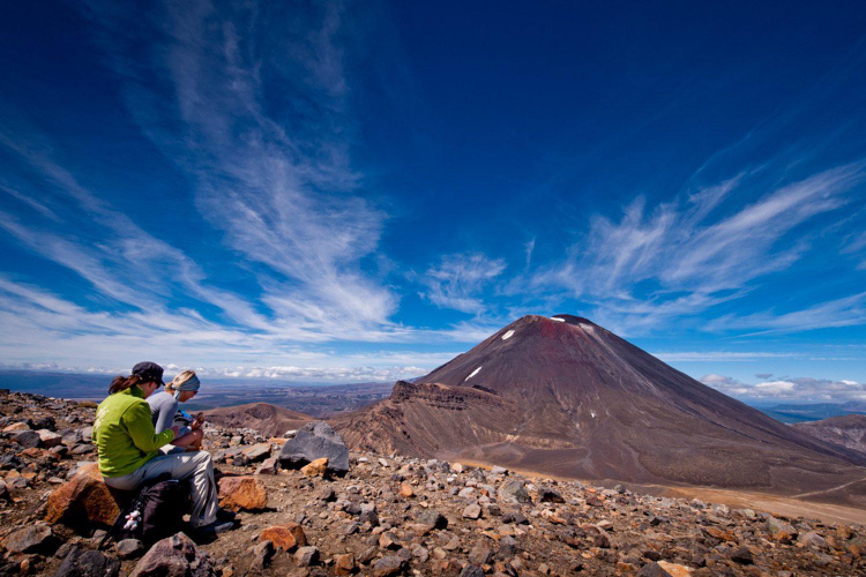 Die beliebteste Aktivität im Nationalpark ist die 'Tongariro Alpine Crossing'-Wandertour. Sie führt durch das außerirdisch anmutende Gelände und an den Hängen der drei großen Vulkanberge entlang.