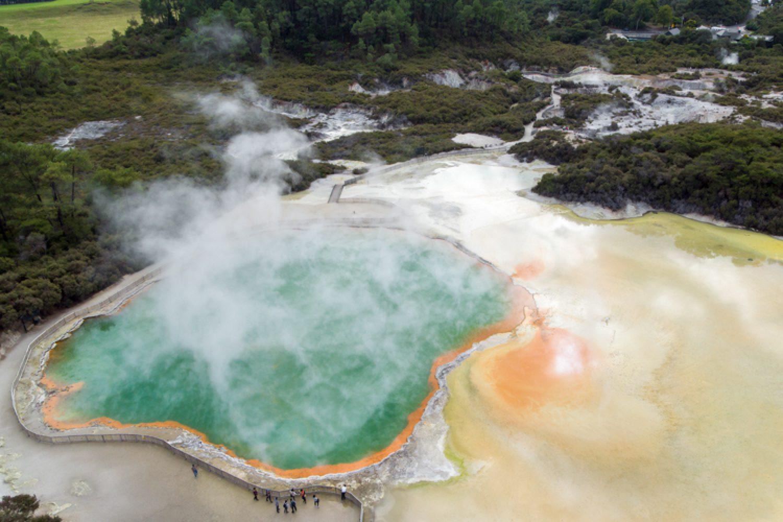 Mit einem Durchmesser von 65 m und 62 m Tiefe ist der Champagne Pool in Rotorua die größte Thermalquelle Neuseelands.
