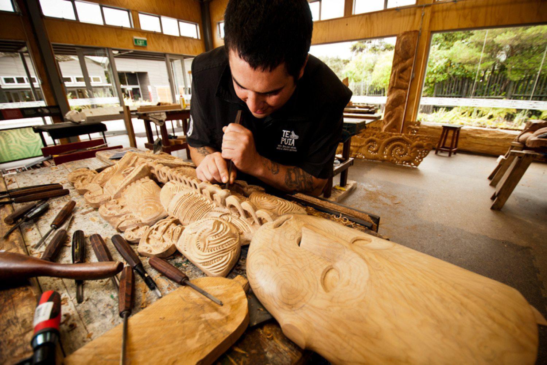 Probieren Sie eine Hangi Mahlzeit, traditionell im thermischen Erdloch gegart, oder unternehmen Sie eine Tour zu einem traditionellen Maori Dorf. Dort lernen Sie auch die traditionellen Handarbeiten der Maori kennen.
