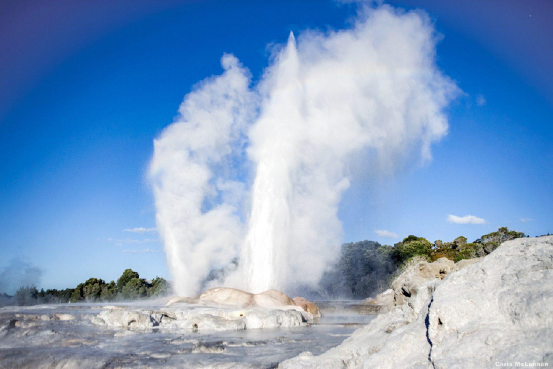 """Rotorua ist der Ort der himmelhohen Geysire, heißen Quellen und blubbernden Schlammlöcher  - eindrucksvoll zu besichtigen im Orakei Korako Geothermal Park mit seinen """"Craters of the Moon""""."""