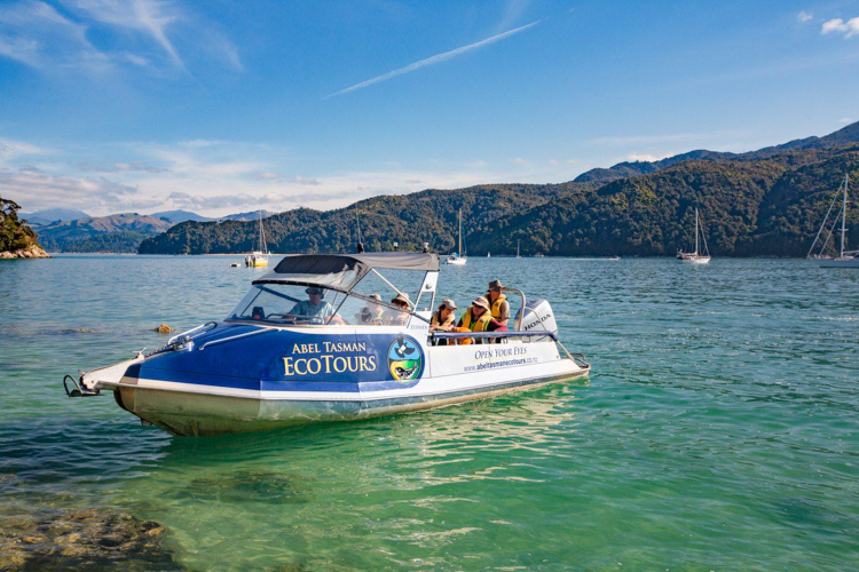 Mit dem Boot erkunden Sie den Abel Tasman Nationalpark.