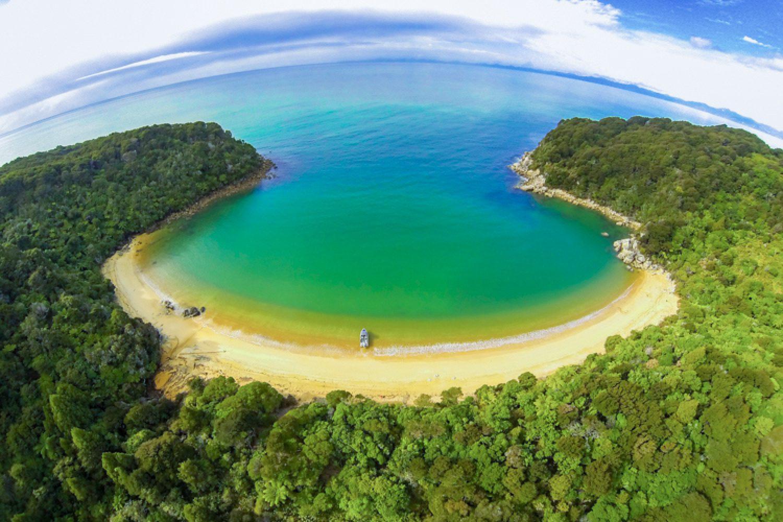 Der Küstenstreifen des Abel Tasman National Park ist unverwechselbar. Felsformationen aus Granit und Marmor säumen die Landzungen, die im dichten Wald verborgen liegen.