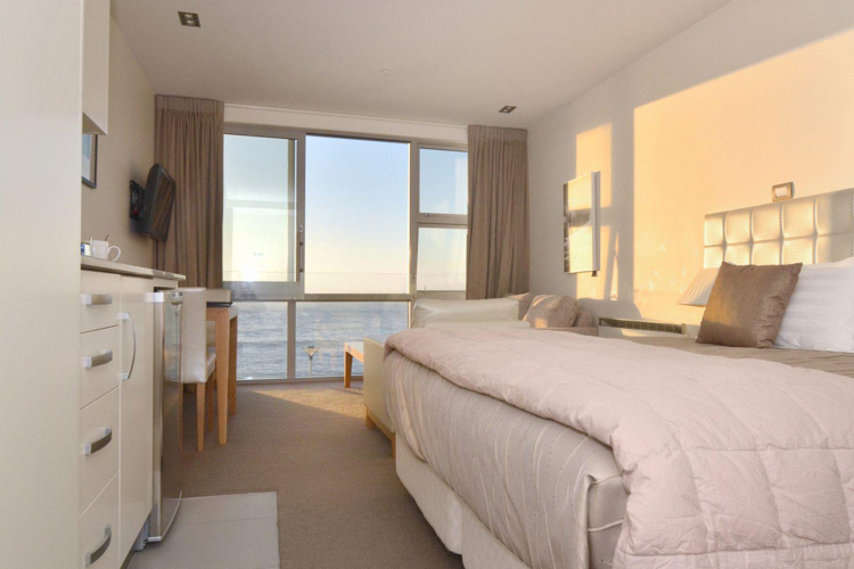 Zimmerbeispiel- Durch die großen Fenster haben Sie eine perfekte Aussicht auf den Boulevard und St Clair Beach.