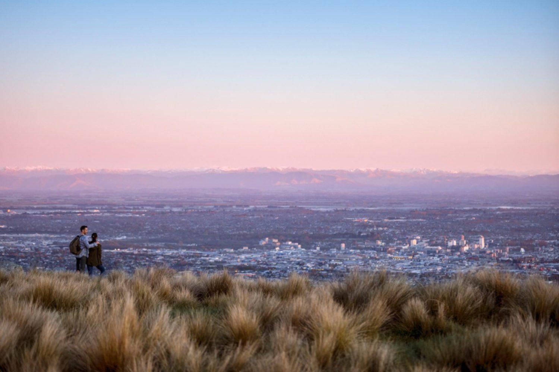 Von Port Hills aus erhält, kann man nicht nur einen wunderbaren Blick über die Küste bei Christchurch genießen, sondern auch auf die Stadt selber.