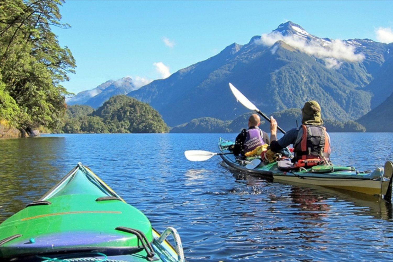 Mit dem Kayak auf dem Doubtful Sound unterwegs erfahren Sie von Ihrem Guide viele Details über Geschichte, Flora und Fauna der Umgebung und mit etwas Glück beobachten Sie Delfine, Seehunde und Pinguine in ihrem natürlichen Lebensraum.