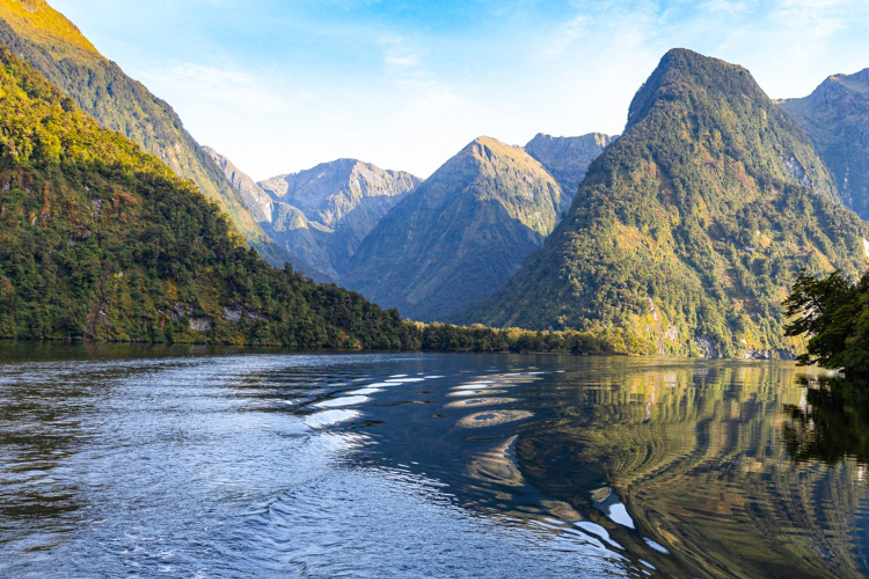 Der Doubtful Sound im Fiordland ist etwas schwerer zu erreichen als der besser bekannte Milford Sound. Hier genießen Sie den Blick auf die Fjorde jedoch ohne Menschenmassen.