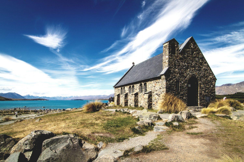 """Die kleine, unscheinbare Kappelle """"Church of the Good Shepherd"""" am Lake Tekapo ist mit ihrer traumhaften Lage wohl eine der meist fotografiertesten Kirchen Neuseelands."""