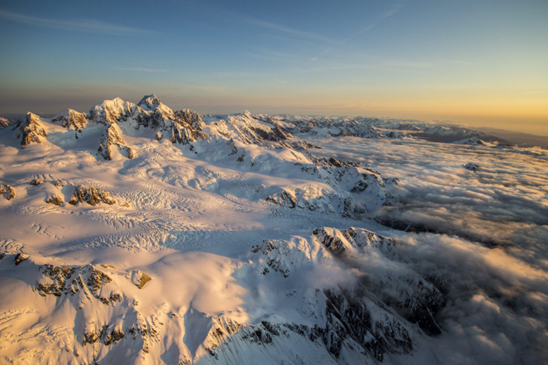 Der Mount Cook National Park bietet ganzjährig eine magische Welt aus Eis und Schnee und Sie können die höchsten Berge und größten Gletscher Neuseelands aus der Vogelperspektive bewundern.
