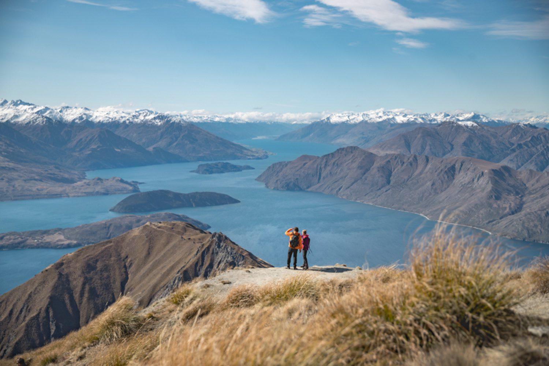 Vom höchsten Punkt der Südinsel aus genießen Sie einen wunderschönen Ausblick auf die umliegenden Berge und den See bei Wanaka.