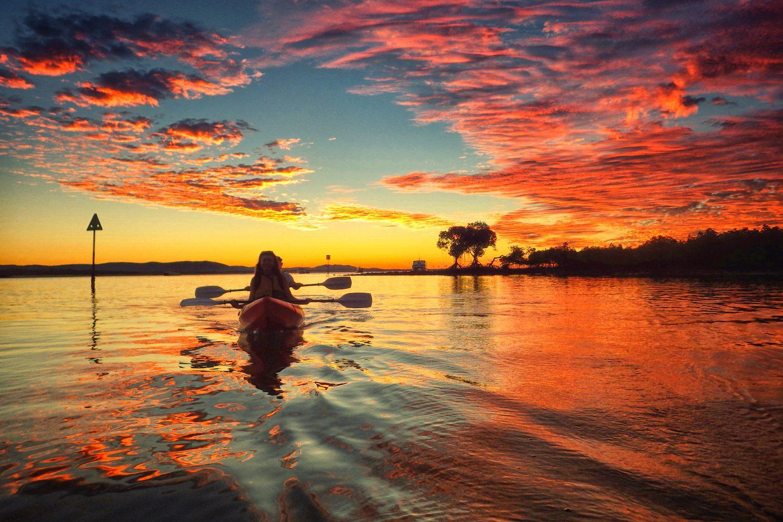 Kayaktour bei Sonnenuntergang - Der Ort Seventeen Seventy liegt an der 'Discovery Coast' von Queensland. Genau hier ging Captain James Cook 1770 zum zweiten Mal in Australien an Land. Die Region ist der nördlichste Ort Queenslands zum Surfen und ideal für Surfbeginner.