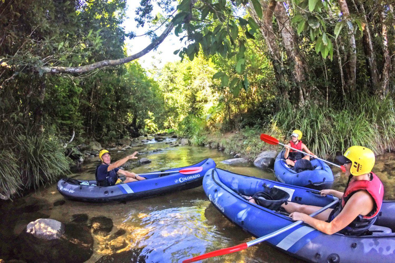 Unter Leitung eines Guides rauschen Sie bei dieser Wild Water Rafting-Tour in einem Boot über den Tully River, durch einen der ältesten Regenwälder der Welt.