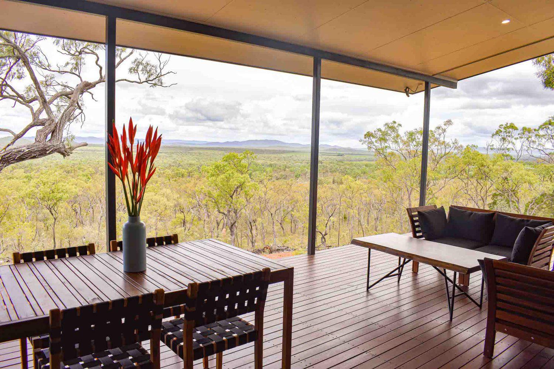Von der großflächigen Veranda aus genießen Sie die Ruhe und den Weitblick in die Ebene und können wunderbar Wallabies und Vögel beobachten.
