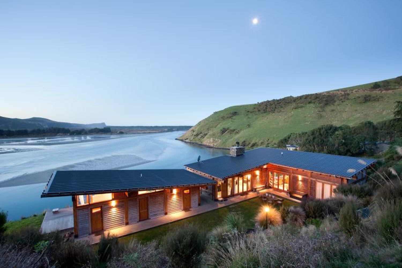 TravelEssence Ferienhäuser in Neuseeland Kaimata Eco Retreat Haus in Abenddämmerung