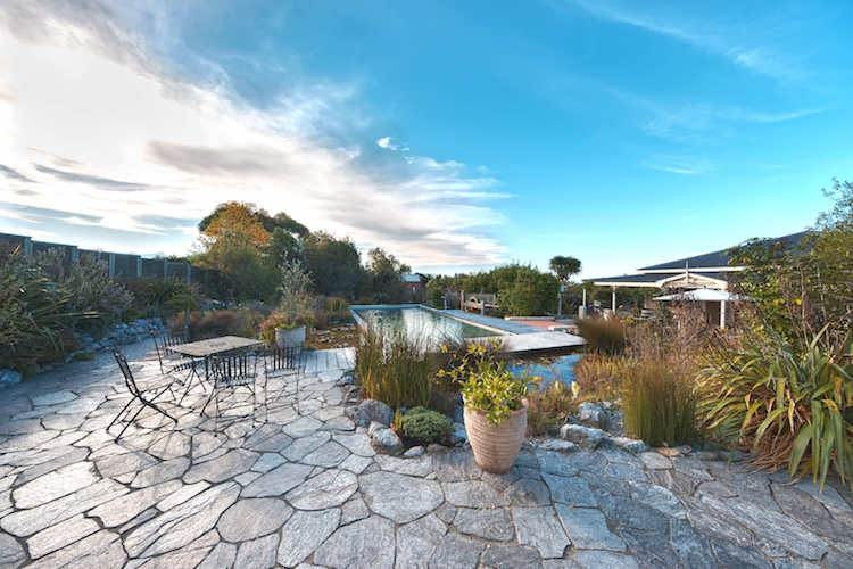 Auf der Terrasse Ihres Ferienhäuschens genießen Sie eine fantastische Aussicht und wenn Sie wollen, können Sie eine Runde im Naturpool drehen oder den vorhandenen Grill für ein BBQ nutzen.