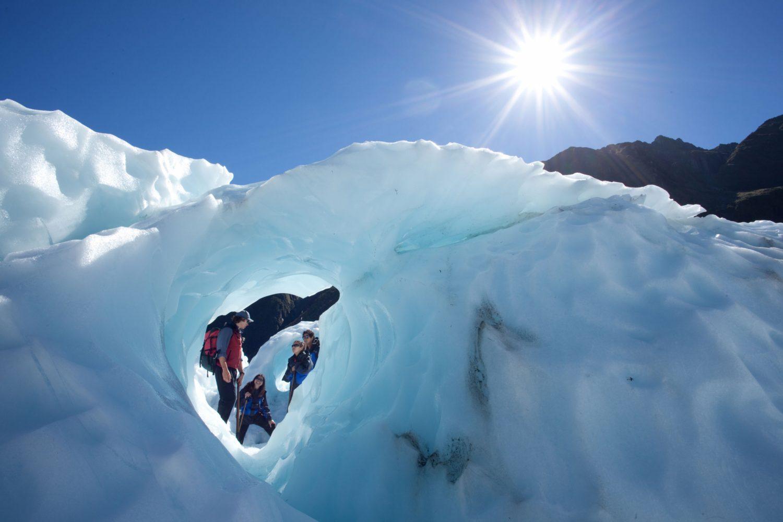 Gemeinsam mit Ihrem Guide erkunden Sie die beeindruckenden Eisformationen und schönen Eishöhlen dieser ständig verändernden Gletscherwelt.