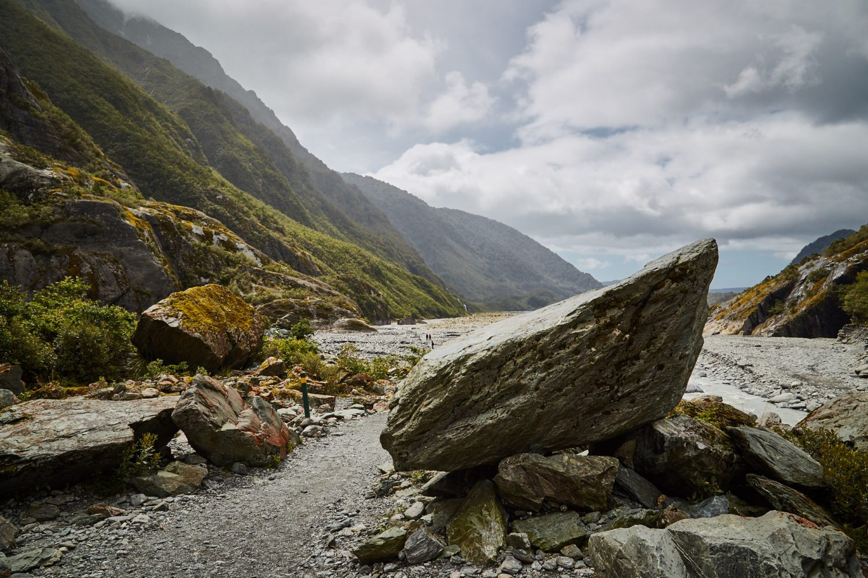 Der Franz Josef und Fox Glacier befinden sich im beeindruckenden Westland Nationalpark. Der Park besteht aus etwa 60 Gletschern, doch diese beiden sind absolut die schönsten. Beide sind ca. 13 km lang und jeder ist einzigartig, da sie nahe der Küste aus Regionen mit ewigem Eis und Schnee in den grünen Regenwald absteigen.