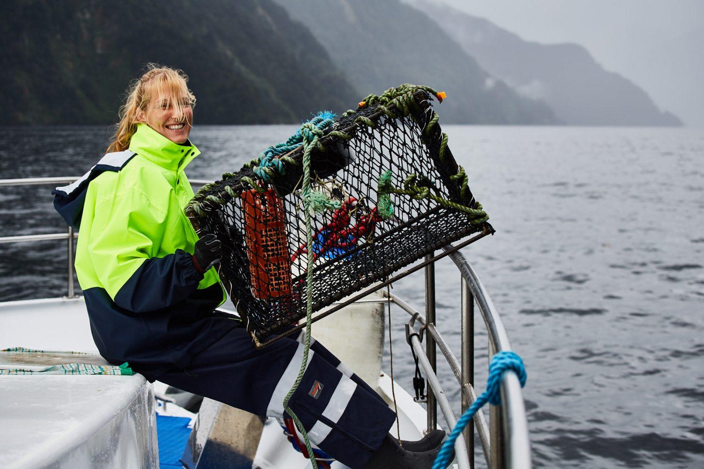Crewmitglied Tressna beim Fischen am Doubtful Sound