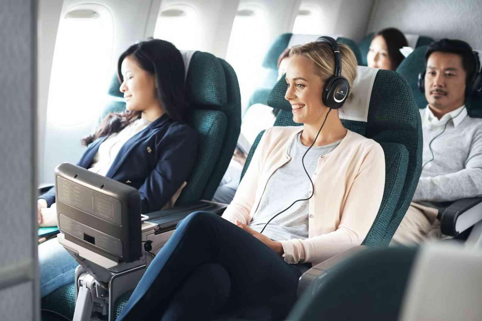 Het entertainmentsysteem in Cathay Pacific Premium Economy Class
