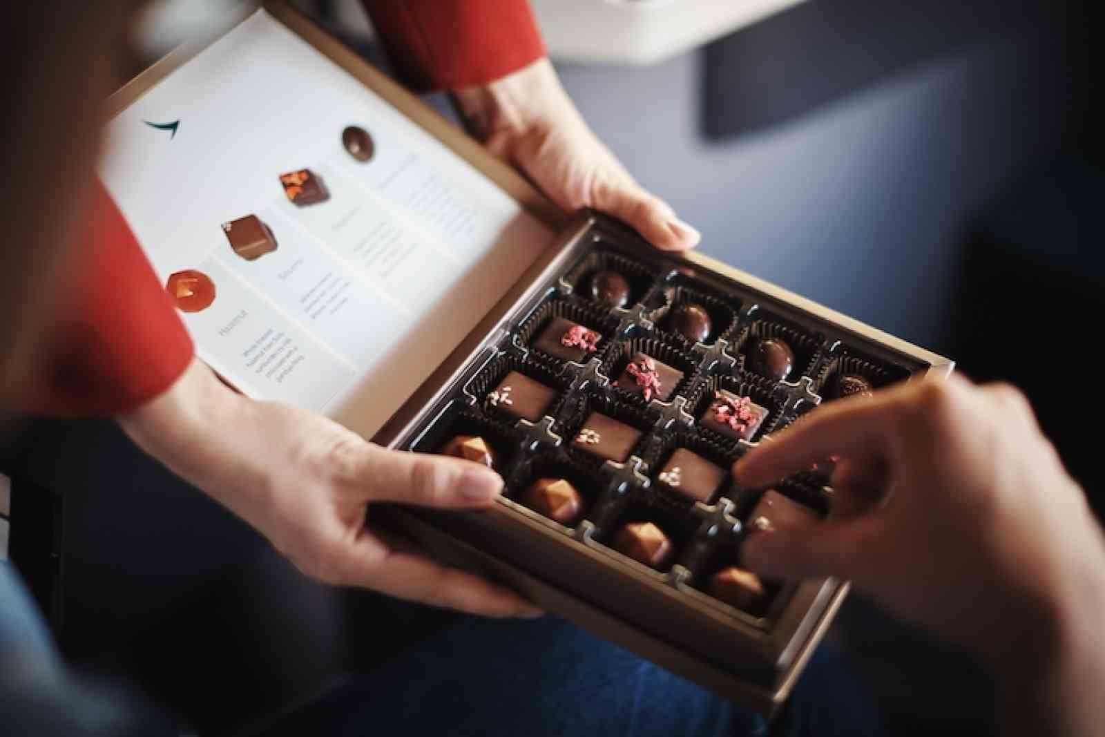 Heerlijke bonbons tijdens een vlucht in Business Class van Cathay Pacific